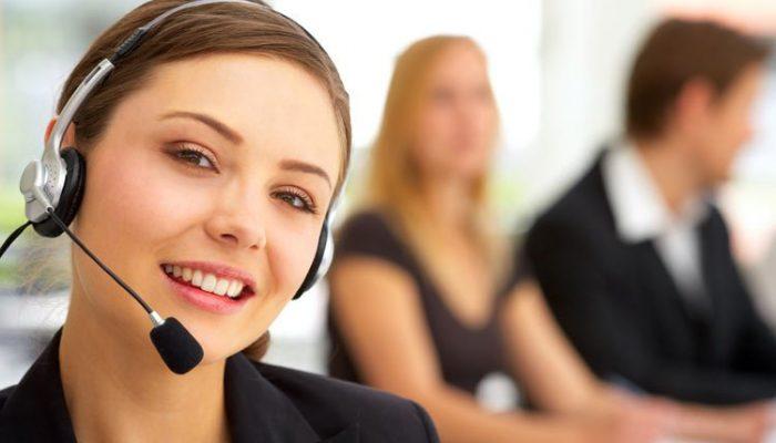 Femme répondant au téléphone